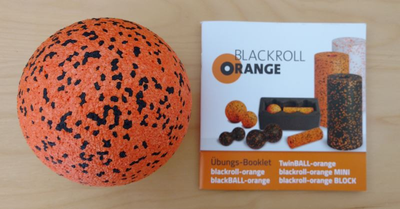 Der blackBALL-orange Massageball mit Booklet